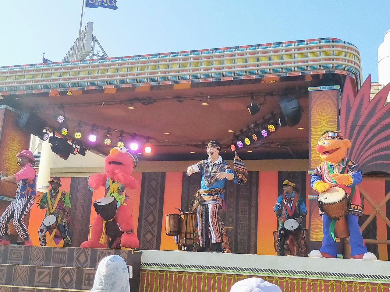 思わず体が動き出す、陽気でピースフルな熱狂ステージ「セサミストリート・アフロビート」